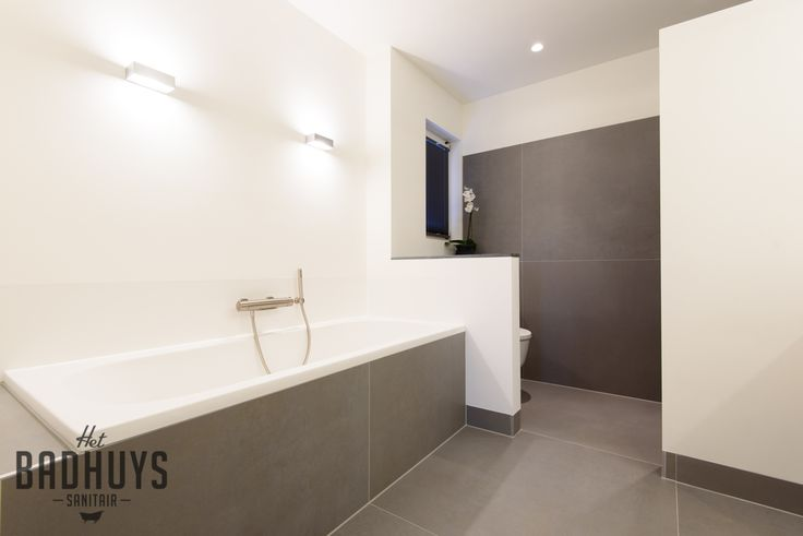 25 beste idee n over moderne badkamers op pinterest modern badkamerontwerp douche en moderne - Moderne badkamer met ligbad ...