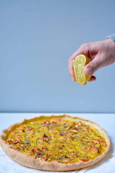 Parmi mes recettes hyper rapides à faire pour les soirs où je n'ai pas le courage de cuisiner, il y a cette quiche au saumon sans gluten et sans lactose !