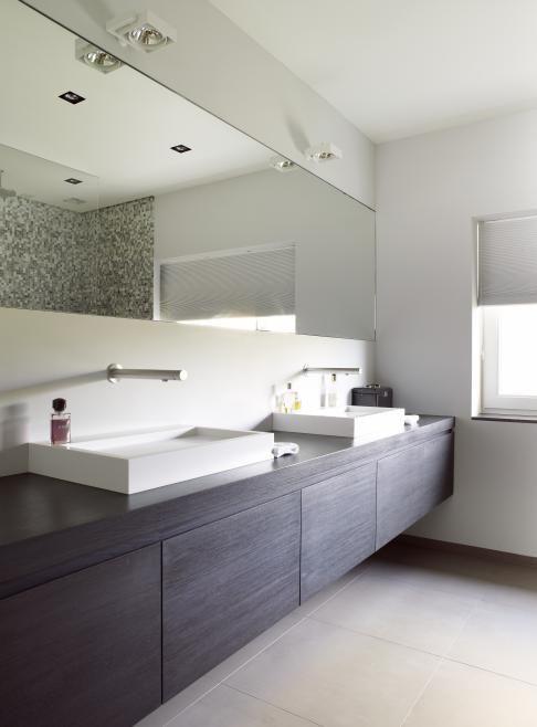 prachtige badkamer, met donker badkamermeubel en halfinbouw lavabo