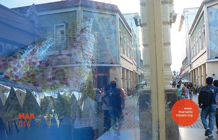 Imagen: Vista de vidriera / intervención | Proyecto Institucional: V.A.C.A. (Vidrieras de Arte Contemporáneo Argentino) | Obra-Intervención: Carnaval | Artista: Paula Casalderrey (SAL – ARG) | Lugar: macsa – Museo de Arte Contemporáneo de Salta, Argentina.