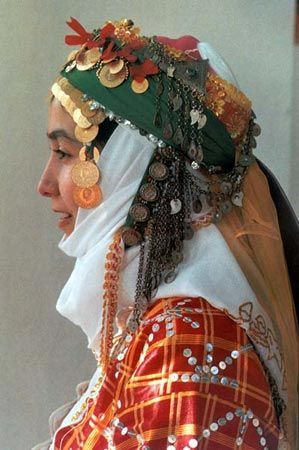 A traditional festive headgear of Yörük women in the western districts of the Balıkesir province. Clothing style: recent (1950-2000).