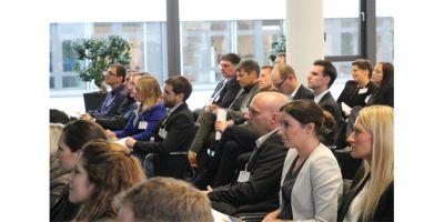 """Ich war Referentin auf der MARKETINGforBANKS Conference 2014 in Köln. """"Beim Vortrag der Referentin Alena Kotter wurde die große Bedeutung einer richtigen Strategie offenkundig. Wer ist die Zielgruppe, was will man erreichen, wie will man das Ziel erreichen? Das alles darf sich nicht erst im Nachhinein ergeben. Kotter betonte die Bedeutung einer schnellen Reaktionszeit. Das alles untermauerte sie mit praktischen Erfahrungen und bot den Zuhörern damit sogleich einen Mehrwert."""""""