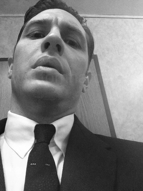 Tom Hardy transforming into Reggie Kray