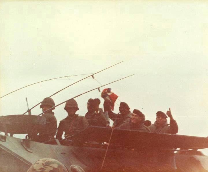 Soldados del Regimiento de Infantería 25 con su trofeo la bandera inglesa - 2 Abril 1982.