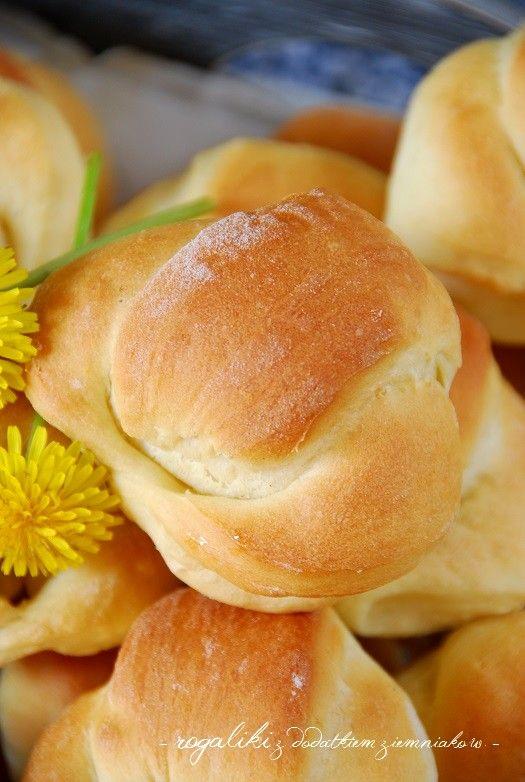 <p> Dzięki dodatkowi małej ilości ziemniaków rogaliki zachowują dłużej świeżość, a ich obecność w cieście wcale nie jest wyczuwalna. Są delikatne i puszyste – takie jak lubimy! Spróbujcie koniecznie!  Składniki: 600 g mąki pszennej 40 g drożdży 250 ml ciepłego mleka 6 łyżek cukru 4 łyżki roztopionego masła 2 …</p>