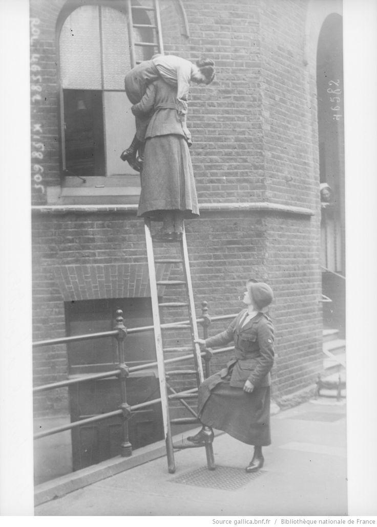 Les femmes [pompiers] à Londres : [photographie de presse] / [Agence Rol]