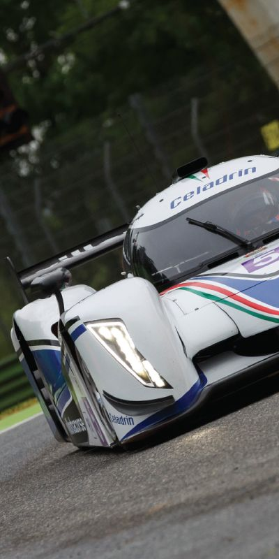 Den perfekte gave til han som er glad i fart er Le Mans racer! Gavemottakeren sitte på med en profesjonell i fem lynraske runder på Norges råeste racerbaner, noe han sent vil glemme!