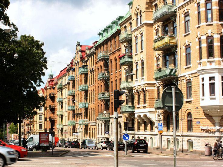 """Hitta lediga bostadsrätter i Göteborg här: https://www.bostadsdeal.se/goeteborg-bostadsraett Söker du bostadsrätt i Göteborg, får du en samlad överblick på denna lista. Klicka på knappen """"Läs mer"""" vid den enskilda annonsen för att få ytterligare information. Söker du andra typer av bostäder i Göteborg än bostadsrätter, så använd sökfunktionen i vänster sida"""