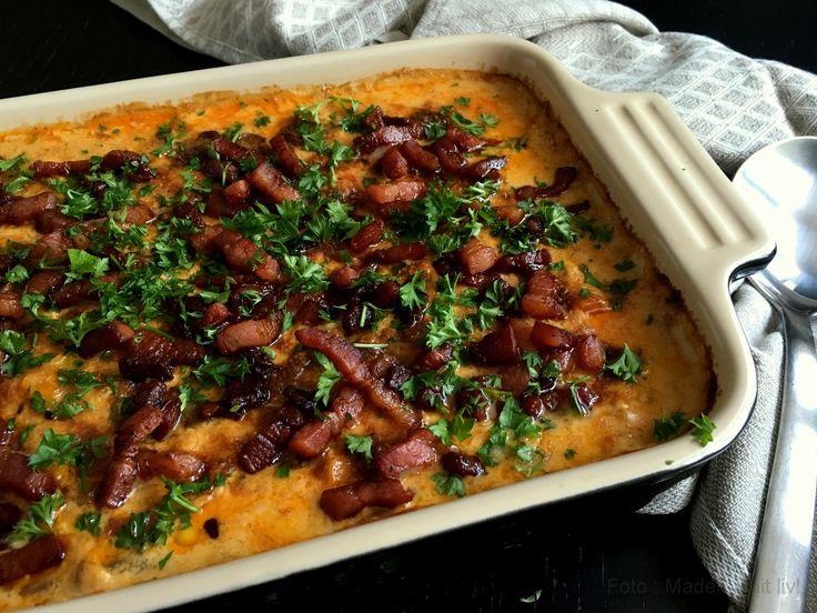 Den lækreste opskrift på skønne koteletter i fad med pikantost og bacon - meget bedre bliver det ikke og absolut en favorit på middagsbordet.