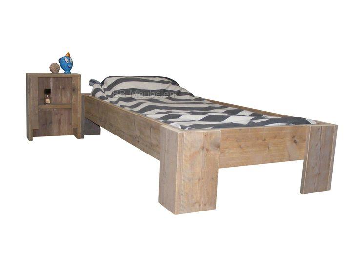 Kinderbed Edwin   Meer info: Steigerhouten bed met of zonder nachtkastje. Dit bed is in tal van afmetingen te verkrijgen en past in elke slaap of logeerkamer. Afmetingen van het bed is de matrsmaat plus de dikte van het steigerhout wat inhoud dat zowel bij de lengtemaat als de breedte maat er 12.8cm bij komt. Bij een bed met de matrasmaat 90x200cm is de buitenmaat 102,8x212,8cm.  http://www.bbmeubelen.nl/a-35990065/kinderbedden/edwin/