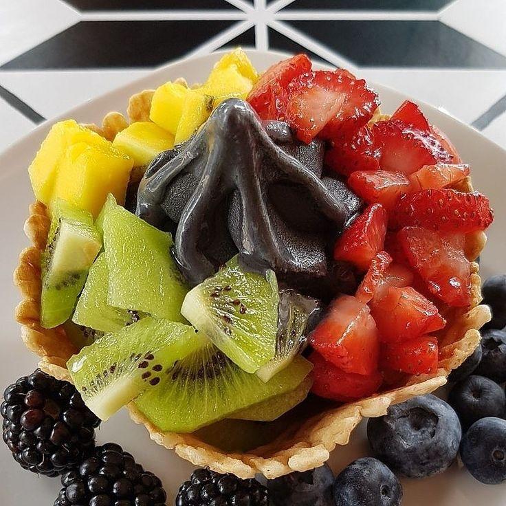 Mistura fabulosamente frutada #charcoalicecream #myicedeclipse #myiced #froyo #iogurtegelado #vegan #tastetheeclipse #geladopreto #geladocarvao #fruta