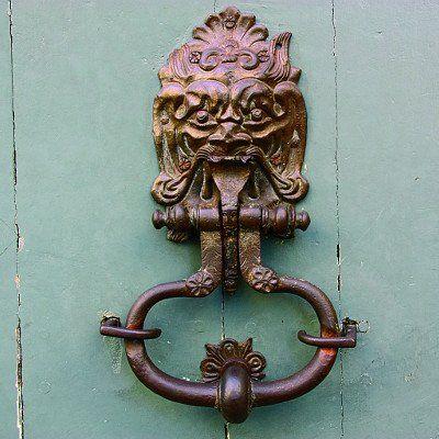 Knockers and handles of fantastic shapes adorn the Parisian doors. © Dominique Lesbros / Parigramme