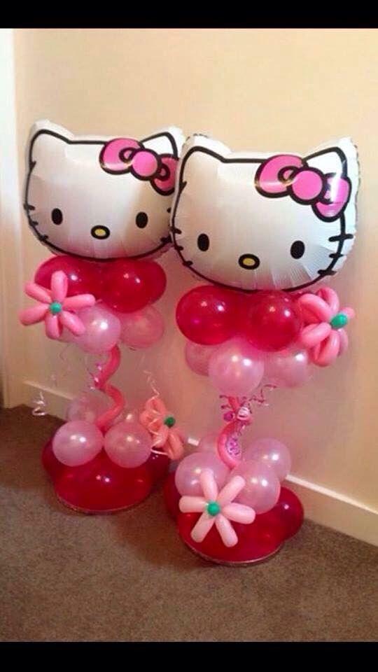 Centros de mesa con globos metalizados y de látex para fiesta Hello Kitty. #FiestaHelloKitty