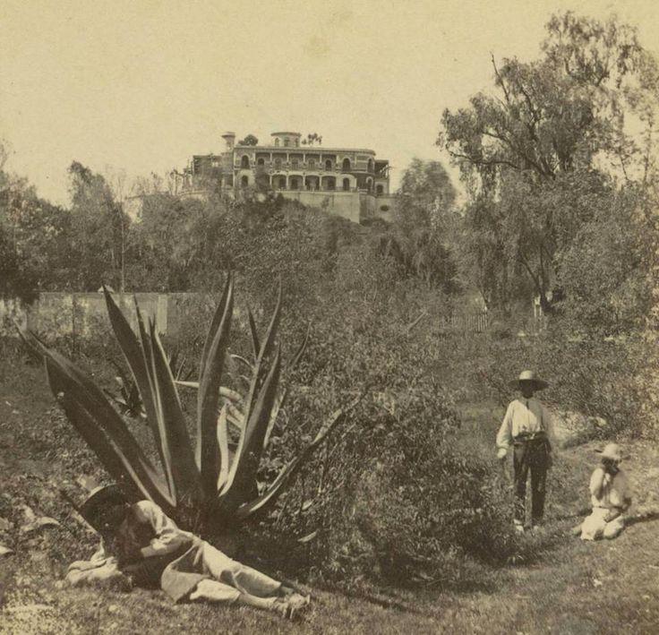 Un par de niños y un hombre posan para la foto en Chapultepec alrededor de 1875. En el fondo se aprecia el Castillo, que apenas una década antes había sido la residencia imperial y hoy alberga el Museo Nacional de Historia