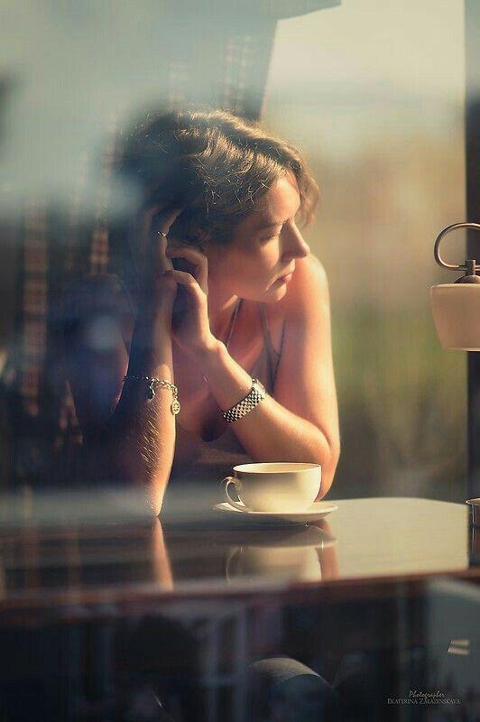 متداخله خيوط الشمس  تعلن إشراقة الصباح وتمتزج بدفئها مع نسيم الروح ..ورائحة القهوه وخاطره تقول سيأتي الغد بفرح جديد.