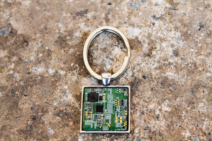 Portachiavi verde con vero circuito stampato riciclato computer/ scegli il colore/regalo per lui/chiavi macchina/ingegnere/programmatore di Circuitsland su Etsy