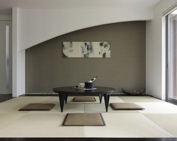 モダンな床の間。掛け軸ではなくアートを飾るアレンジです。