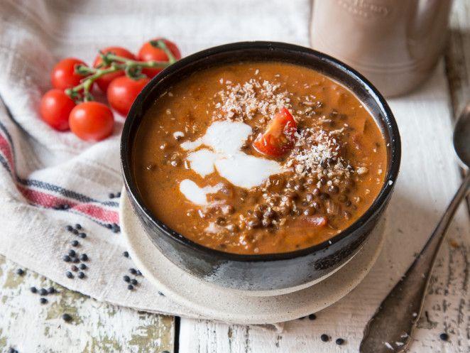 Vegane Linsen-Tomaten-Suppe mit Kokosmilch