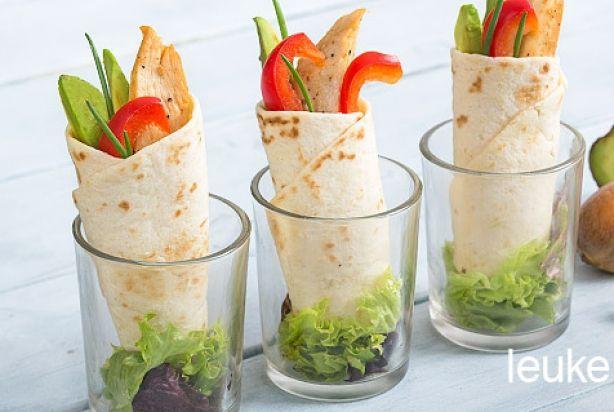 Feestelijke mini wrap met kip, avocado en paprika
