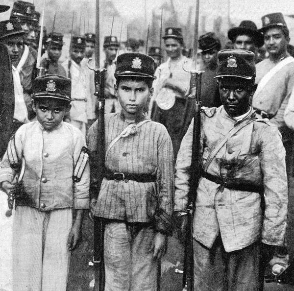 """Niños soldados Colombianos en la """"Guerra de los Mil Días"""". L'Illustration 1902. Los niños reflejan los diferentes grupos raciales."""