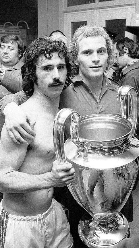 Gerd Müller und Uli Hoeneß halten 1974 den Europcup-Pokal in Händen