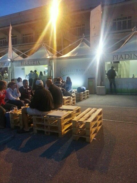 Panche e tavolini pallet, stand street Eataly Trieste 10/10/2014