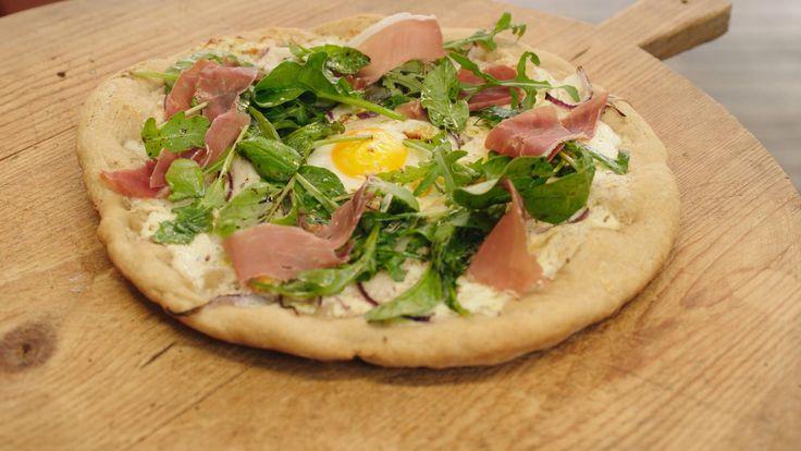 Een pizza is volgens Jeroenhet lekkerst als je hem op een pizzaplaat in de barbecue bakt. Hij maakt een pizza bianco, een witte pizza met asperges en een ei als topping.