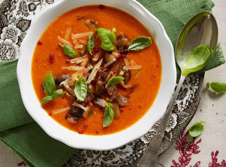 Mens vi venter på at foråret rigtig kommer frem, kan vi jo med fordel nyde en dejlig lun suppe. Denne paprikasuppe er med to slags paprika.