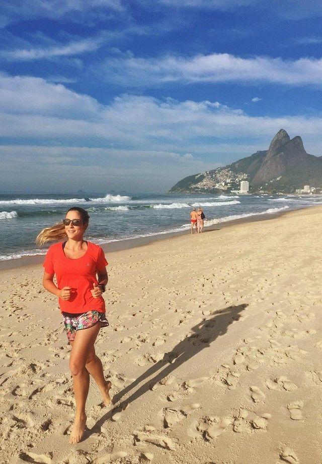 Carol Buffara: truque para correr na praia é se aproveitar o amanhecer ou o entardecer do dia (Foto: Reprodução)