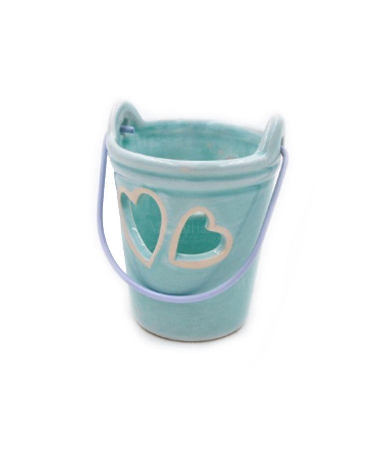 Originale Secchiello Portacandele, compreso di tealight, realizzato in ceramica azzurra con manico in metallo movibile. Ideale per realizzare graziose confettate, composizioni floreali o bomboniere per varie occasioni e ricorrenze. Tendenze bomboniere 2017 su Mobilia Store
