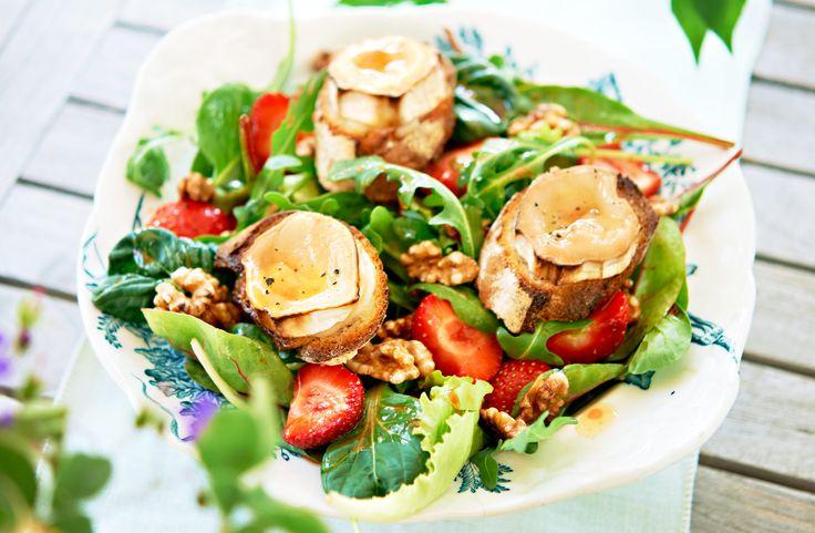 Recept på chèvre chaud med jordgubbar. Somrig sallad med jordgubbar och honung som ger fin sötma och saftighet, perfekt till getosten.