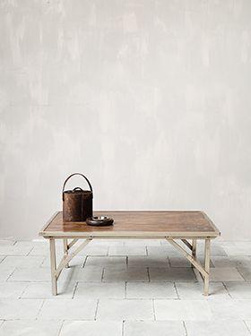 On aime cette table basse avec sa structure en métal patiné légèrement brillant et en bois ainsi que ses pieds pliants qui lui donnent une vraie originalité et un look atelier très sympa. Sa sobriété lui permet néanmoins de s