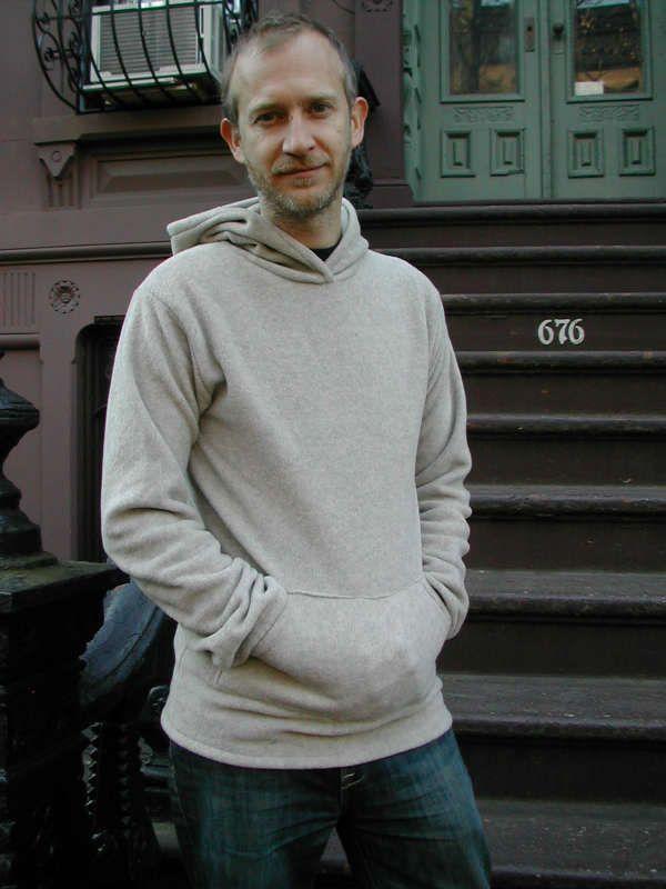 hoodie-homme crédit photo Craftstylish  Je présente rarement des projets de couture à faire pour les hommes. Tout simplement, parce que je n'en trouve pas beaucoup! Donc, une fois n'est pas coutume, voici un projet de sweat à capuche, pour homme. Ce n'est pas si difficile que ça en a l'air, il suffit de prendre son temps et de trouver le bon tissu. Comment coudre ce sweat à capuche pour homme (ou hoodie)  Vous aurez besoin d'un t-shirt tout simple pour recopier le patron et de jersey é...