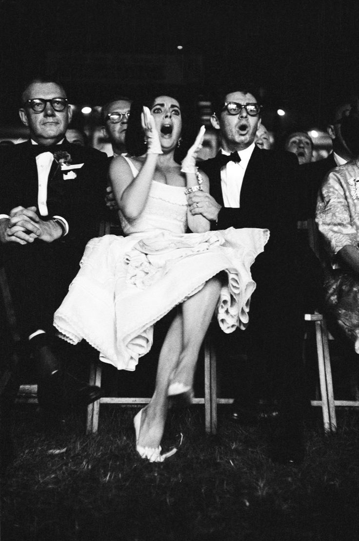 Paul Slade. Seated in the front row of a crowd of 30,000 spectators at the Polo Grounds of New York, beside her husband Eddie Fisher, Elizabeth Taylor is intensely engaged in the fight between Swedish boxer and World Heavyweight Champion Ingemar Johansson and American Floyd Patterson on June 20, 1960