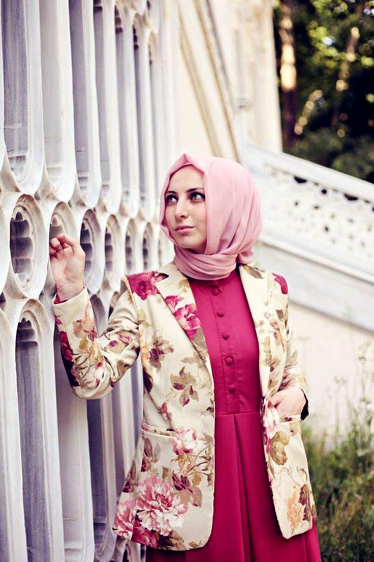 Çiçek desenli keten ceket, Kübra Biriktir'in tesettürlü bayanlar için hazırladığı zarif tasarımlarından olup, kumaşı duck ketendir ve astara sahiptir.