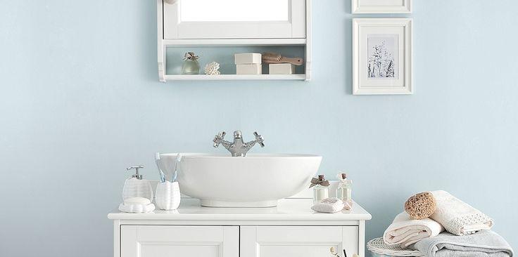 Łazienka pomalowana na pastelowy niebieski kolor nabierze oryginalnego wyglądu, ale pozostanie  jasna i przytulna. Na tle takiej ściany dobrze zaprezentuje się biała armatura, zarówno nowoczesna, jak i stylizowana, np. retro. Do malowania łazienki najlepiej użyć specjalistycznej farby Beckers Designer Kitchen & Bathroom odpornej na działanie wilgoci.