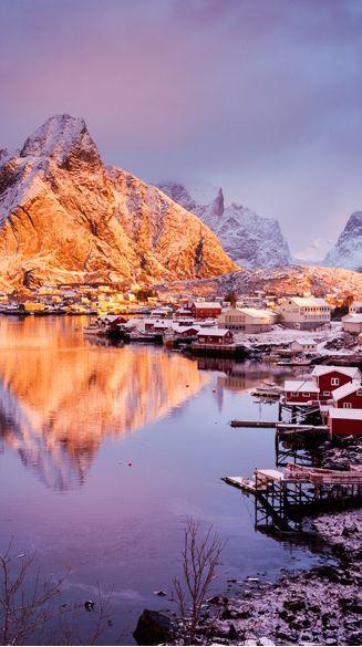 Reine in Norwegen ist einer der 24 schönsten Winterorte der Welt! Hier sind die anderen: http://www.travelbook.de/welt/Verschneit-und-vertraeumt-Die-zauberhaftesten-Winter-Orte-der-Welt-570830.html