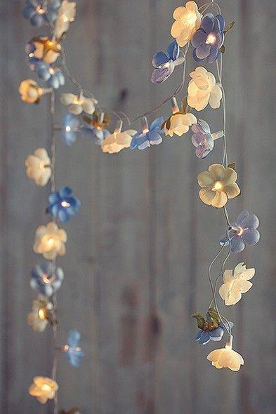 Efeito romântico: luzinhas decoradas com camélias de tecido de Bruna Sanches, do ateliê Dona Florida - Pode ser colocado dentro de flores artificiais.