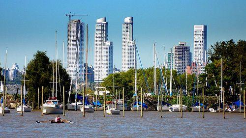 Torres en Puerto Norte desde el río
