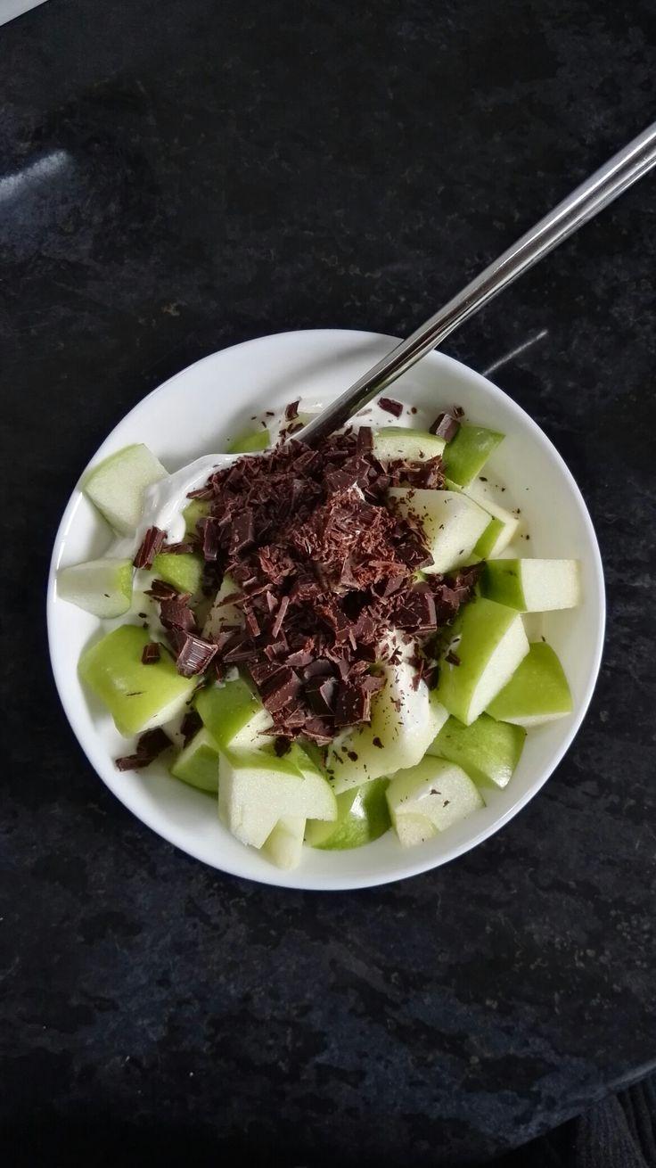 Skyr med æble og 70% mørk chokolade 😛🍏