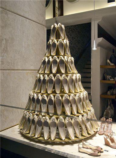 Using bridal shoes to create a bridal cake... Fantastic idea ! Very creative and balanced