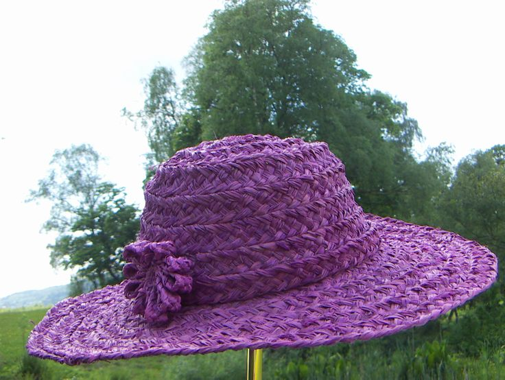 Hat for glory, garden days. Handcrafted of raffia palm leaves. Fair Trade from Africa.