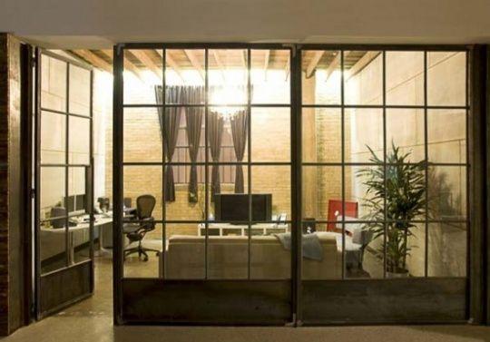 Specht Harpman Arquitetos recentemente completou o interior do escritório contemporâneo para uma sucursal de uma empresa de criação,no Texas, EUA. O interior do escritório foi projetado com o uso de janelascom moldura de aço e divisórias de madeira bruta para os tratamentos de