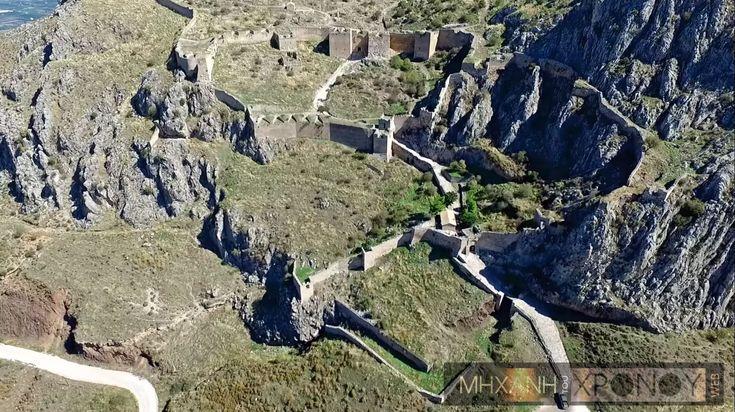 Ακροκόρινθος, το σπουδαίο κάστρο της αρχαιότητας από ψηλά. Εκεί οι πιστοί προσέφεραν τις πιο όμορφες γυναίκες στη θεά Αφροδίτη και διέμεναν μόνιμα χίλιες ιερόδουλες. Γιατί ο βυζαντινός ηγεμόνας Σγουρός αυτοκτόνησε από τα τείχη