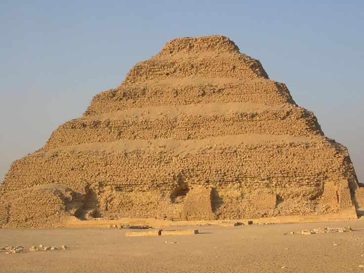 necropoli di Saqqara. Piramide a gradoni di Djoser, circa 2650 a. C. Blocchi squadrati di pietra calcarea.