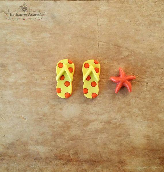 Miniatura Flip Flops sandalias y estrellas de mar conjunto de jardín de hadas de playa - Playa miniatura, accesorios casa de muñecas, hadas jardín - amarillo