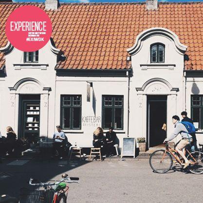 På en lille plads i hjertet af århus, hvor solen næsten altid skinner, gemmer der sig en kaffebar. Selv om Aarhus er smilets by, skal du lede længe efter en mere imødekommende atmosfære. Bag baren finder man prisvindende internationale baristaer, som brænder for at give dig kaffe i absolut verdensklasse. #EXIWDK  Anbefalet af  Jesper Broberg Bang, Managing Director ved Gejst/Studio