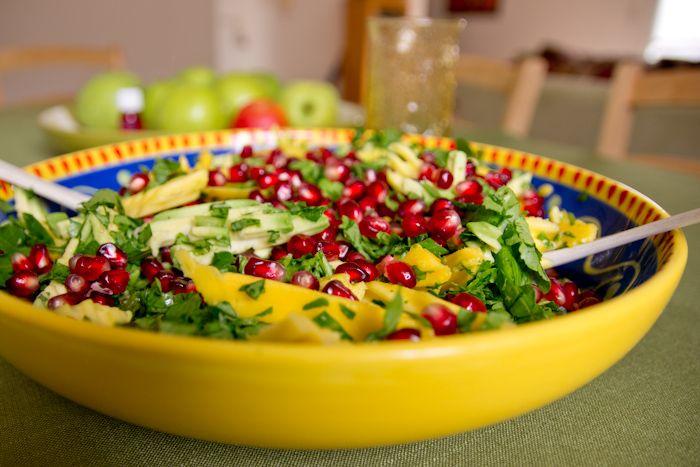 Салат с манго и авокадо со шпинатом