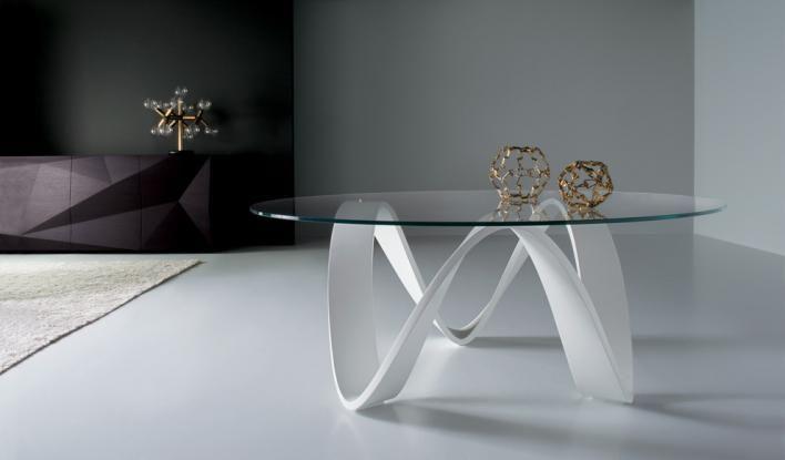 table basse avec un plateau en verre et base du trépied