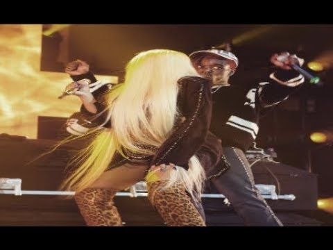 "Nicki Minaj ""Twerks On Lil Uzi on Stage In Philly"" - YouTube"